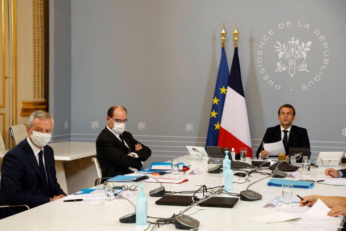 Bruno Le Maire, Jean Castex et Emmanuel Macron lors d'une visioconférence avec des représentants du monde sportif, à l'Elysée le 17 novembre 2020.