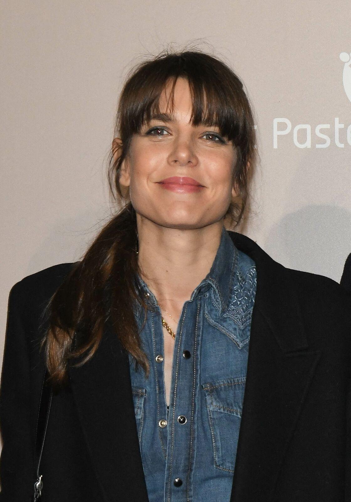 En tenue de soirée comme en chemise en jean, Charlotte Casiraghi est toujours stylée avec sa frange longue