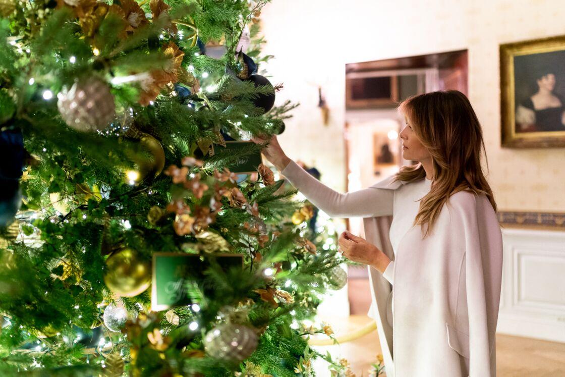 Melania Trump s'attèle aux décorations de Noël, à la Maison Blanche, en décembre 2019.
