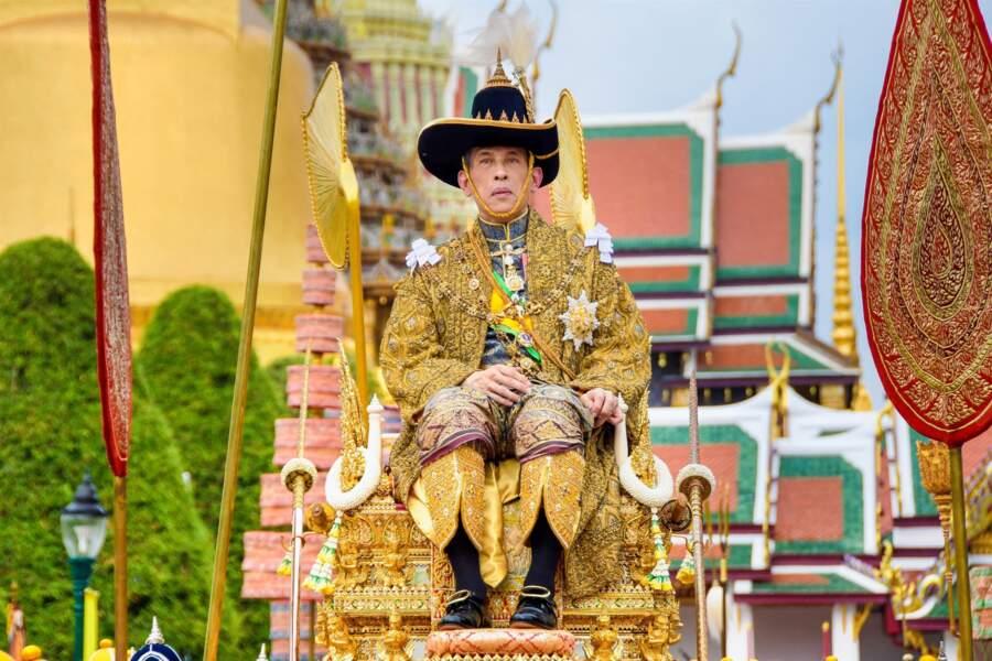 Couronné roi de Thaïlande en mai 2019 suite à la mort de son père, Rama IX, Rama X défraie la chronique.