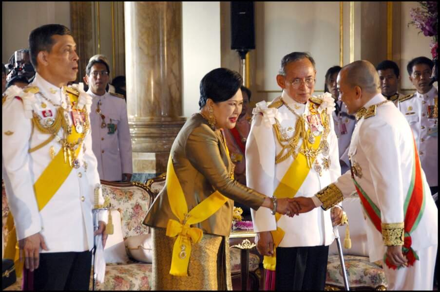 Rama X a succédé à son père, Bhumibol Adulyadej, connu sous le nom de Rama IX et décédé le 5 décembre 2016. Sa mère, la très populaire reine Sirikit, aujourd'hui âgée de 88 ans, est vénérée en Thaïlande.