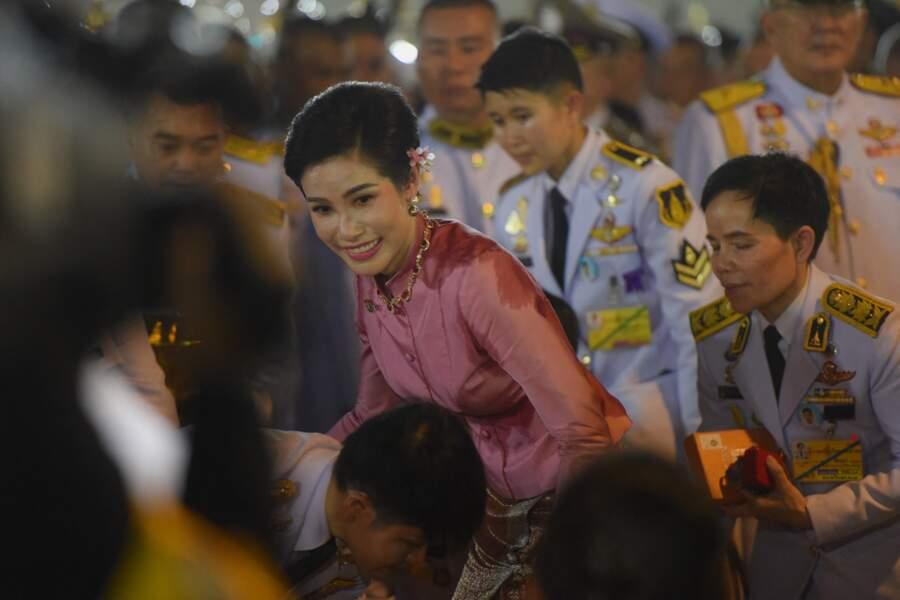 """Favorite de Rama X, Sineenat Bilaskalayani a été """"noble concubine"""" du roi de Thaïlande avant d'être répudiée. Enfermée derrière les barreaux, la maîtresse royale a été libérée à l'été 2020 et occupe désormais le poste de """"royale consort""""."""