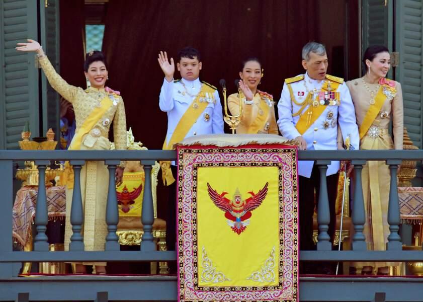 Père de sept enfants, Rama X ne prend que rarement la pose à leurs côtés. Si certains ont été répudiés, d'autres, à l'image de son fils héritier, Dipangkorn, qui souffrent de troubles autistiques, sont volontairement tenus à l'écart.