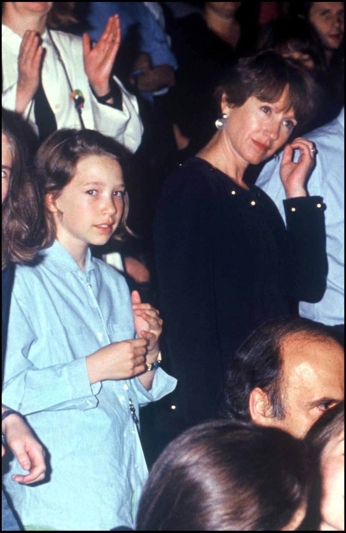 Nathalie Baye et sa fille Laura Smet, lors d'un concert de Johnny Hallyday au Parc des Princes, en 1993.