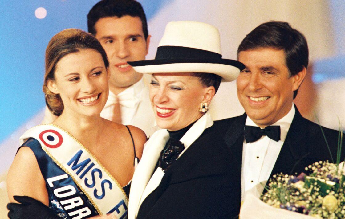Sophie Thalmann lors de son sacre en 1998 à Deauville avec Geneviève de Fontenay et Jean-Pierre Foucault.
