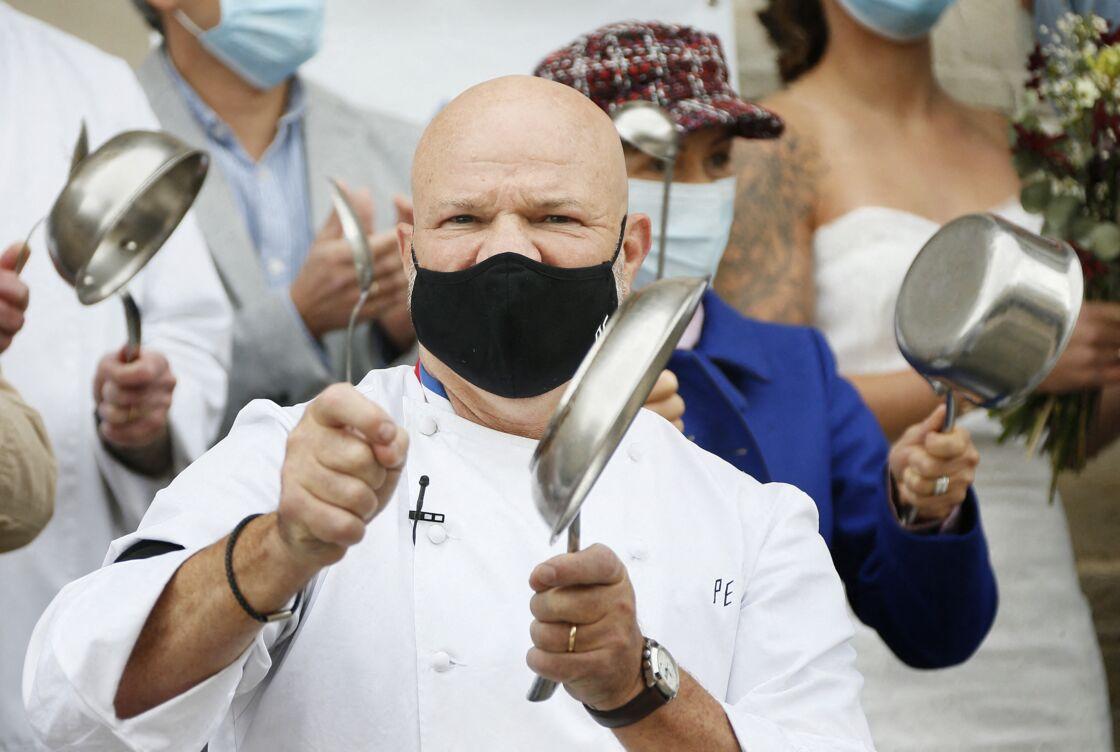 Philippe Etchebest lors d'un concert de casseroles pour soutenir les restaurateurs pendant la crise sanitaire le 2 octobre 2020
