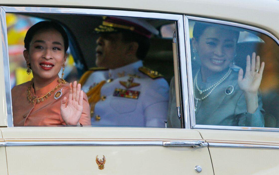 La princesse Bajrakitiyabha et la reine Suthida à leur arrivée au Grand Palais royal de Bangkok, le 1er novembre 2020. En fond, il est possible d'apercevoir Rama X.