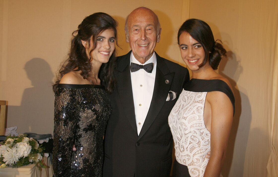 Valéry Giscard d'Estaing, tout sourire au côté de ses deux filles Valérie-Anne et Jacinte, à Versailles, en 2007.