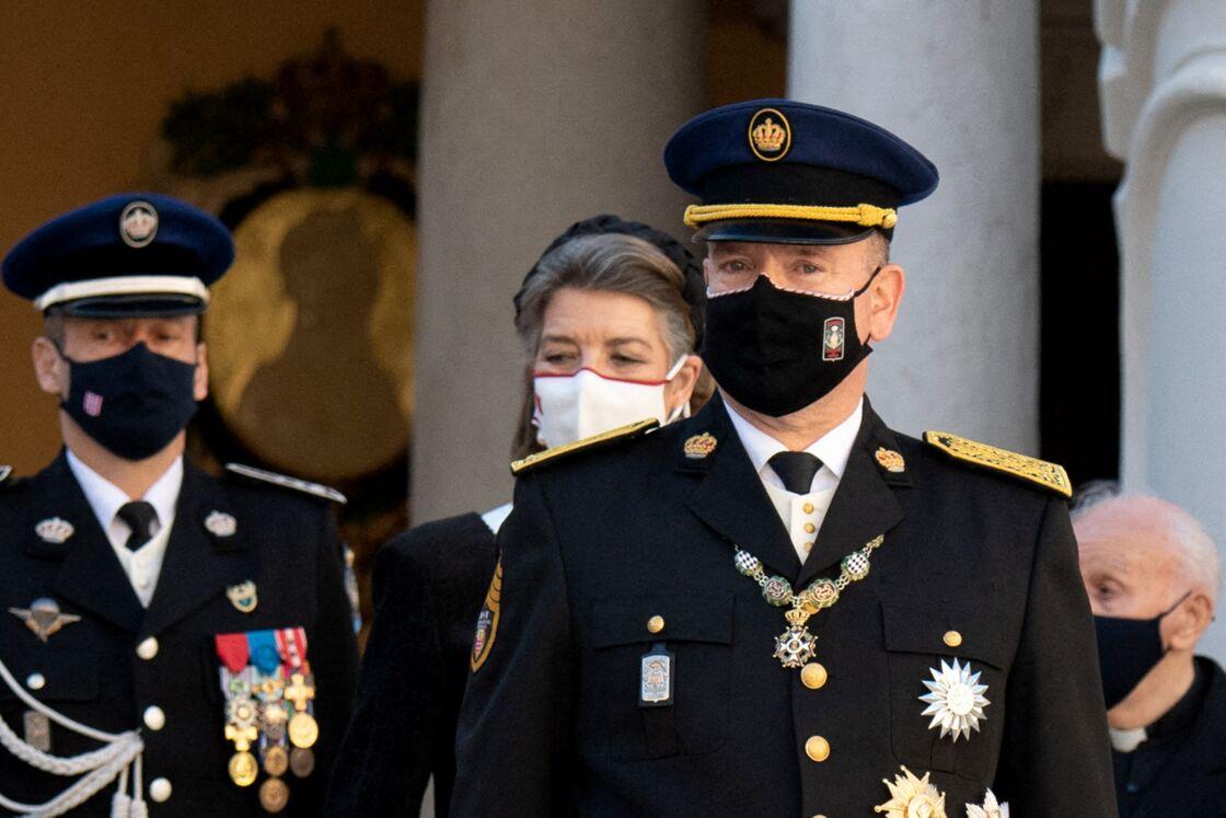 Le prince Albert assiste à une cérémonie de remise de médaille dans la cours du Palais de Monaco lors de la Fête Nationale 2020 de la principauté de Monaco, le 19 novembre 2020.