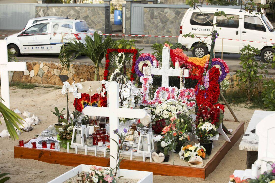 La tombe de Johnny Hallyday au cimetière marin de Lorient (Saint-Barthélemy), 5 semaines après son inhumation le 15 janvier 2018.