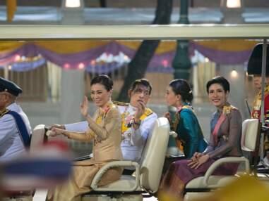 PHOTOS - Le roi de Thaïlande heureux entouré de sa femme... et sa maîtresse