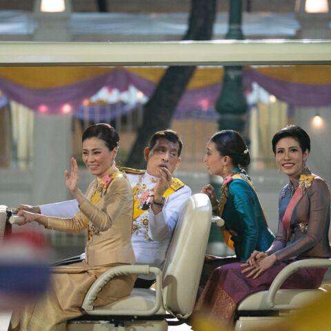 PHOTOS – Le roi de Thaïlande heureux entouré de sa femme… et sa maîtresse
