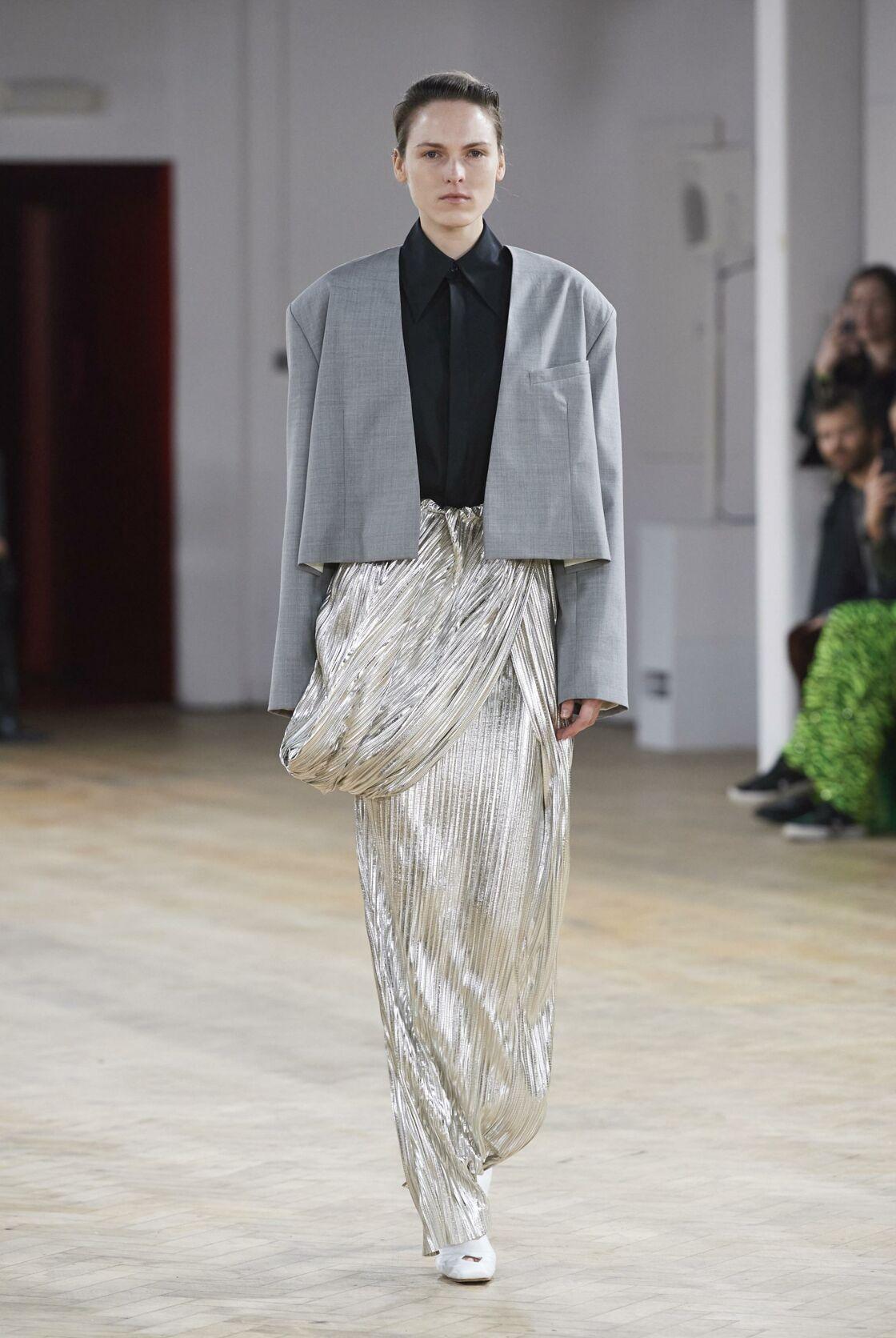 Le cropped top par dessus une jupe lamé proposé par A.W.A.K.E lors de son défilé de prêt-à-porter automne-hiver 2020-2021
