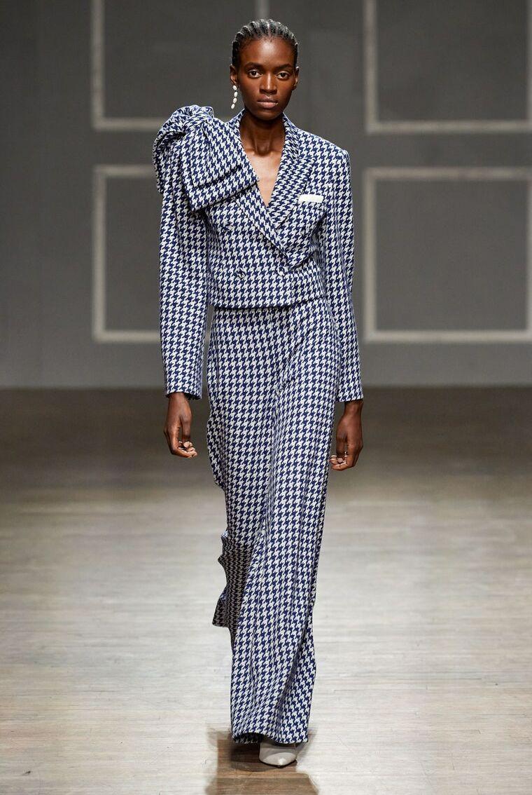 Le cropped blazer version pied-de-poule proposé par Hellessy lors de son défilé de prêt-à-porter automne-hiver 2020-2021