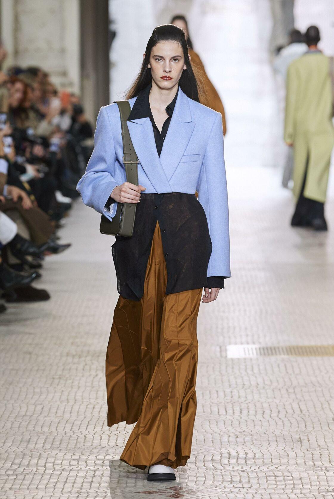 Le cropped blazer enfilé par dessus une chemise fluide proposé par Nina Ricci lors de son défilé automne-hiver 2020-2021