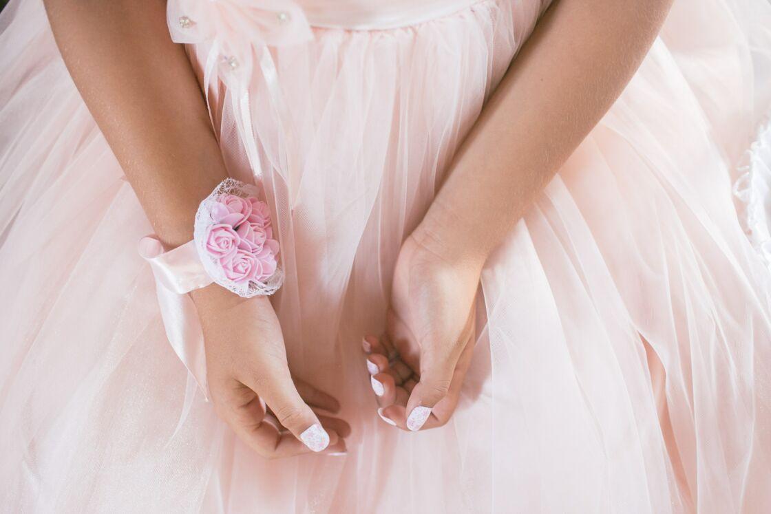 Le nail art pearl très tendance pour les fêtes et les mariages