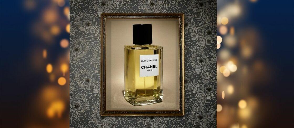 Eau de Parfum Cuir de Russie Les Exclusifs de Chanel. Cadre L' Art d'Encadrer ( www.artdencadrer.com). Papier peint Carlton HouseTerrace - Slate  Little Greene.fr