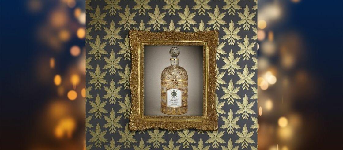 Eau de Cologne Impériale Guerlain. Cadre L' Art d'Encadrer ( www.artdencadrer.com). Papier peint Clutterbuck Corinthian - Gold  Little Greene.fr.