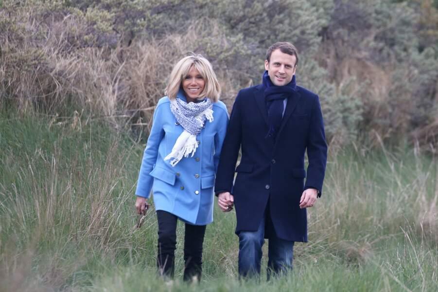 Emmanuel et Brigitte Macron sur la plage du Touquet, le 22 avril 2017.