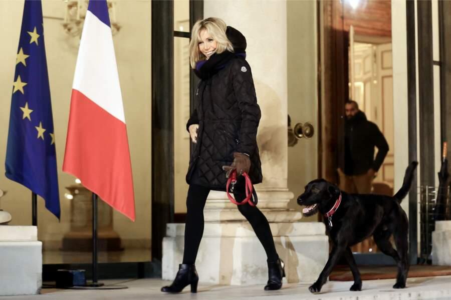 Némo, le chien du couple présidentiel, à l'Elysée avec Brigitte Macron, le 20 novembre 2017.