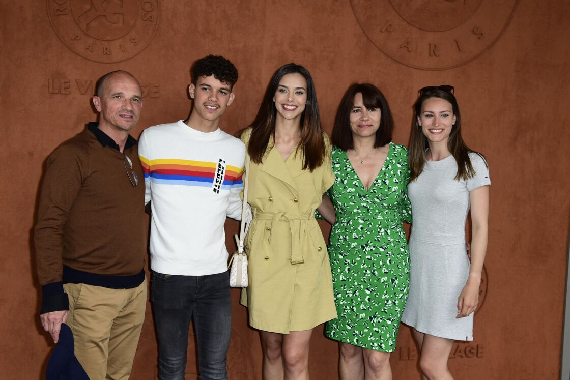 Marine et Lou-Anne Lorphelin, entourées de leur père Philippe, leur mère Sandrine et leur frère Enzo, en 2019.