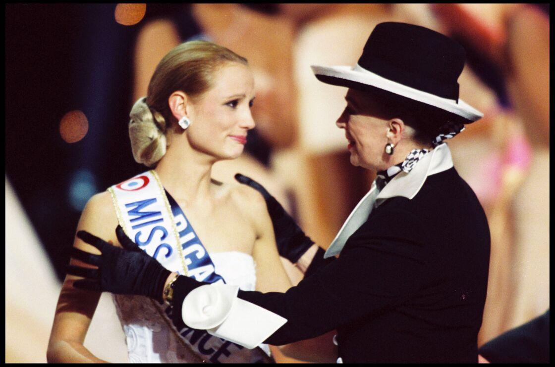Elodie Gossuin et Geneviève de Fontenay, le soir de l'élection de Miss France 2001, le 10 décembre 2000