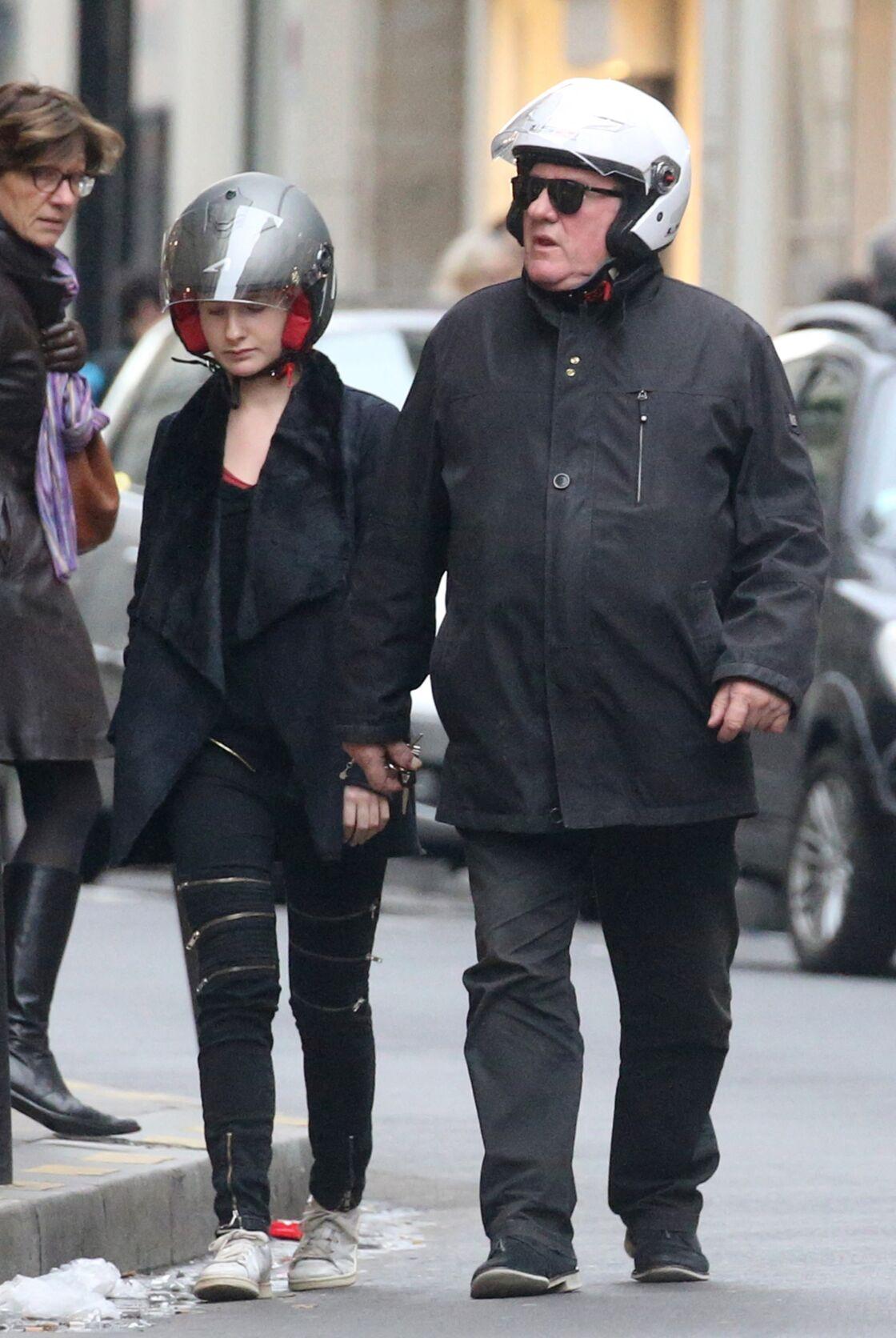 Louise et Gérard Depardieu (ci-dessus ensemble dans les rues de Paris au mois de décembre 2015) cultivent un lien fort