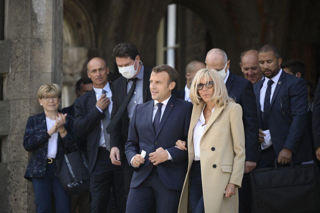 Brigitte et Emmanuel Macron bras dessus dessous, après avoir voté au second tour des municipales au Touquet en juin 2020. Une proximité physique qui devrait encore se renforcer en 2021.
