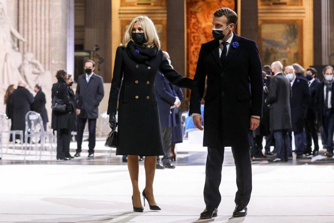 Lors de leurs sorties publiques, Brigitte et Emmanuel Macron ont toujours donné l'image d'un couple soudé et complice, comme ici, lors de la cérémonie de panthéonisation de Maurice Genevoix, au Panthéon, en novembre dernier.