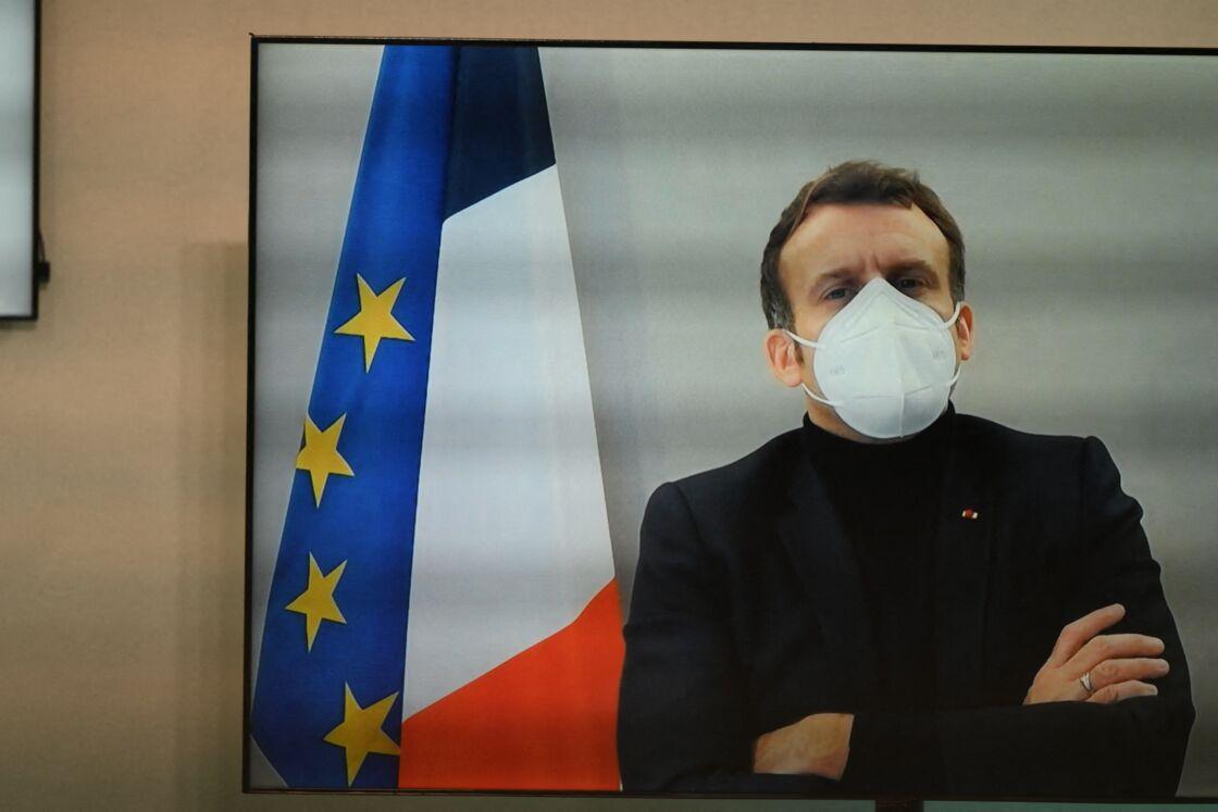 Le président français Emmanuel Macron, par vidéo, participe à la Conférence humanitaire nationale à Paris, en France, le 17 décembre 2020.