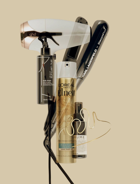 Para cabellos muy suaves (Secador de pelo GHD Helios, 179 €) Disciplina recompensada, Spray de cepillado, Shu Umura Art of Hair, 36 € Alta estabilidad garantizada (Laca sin perfume, Elnet, 75ml, 5 €) Plancha de vapor Carl Lagerfeld, L'Oreal Professional, 264 €) Nevera de despedida (Escoba Pila, Respect, David Lucas, 40 €) Accesorios Star (Diadema de oro amarillo de 18 quilates)