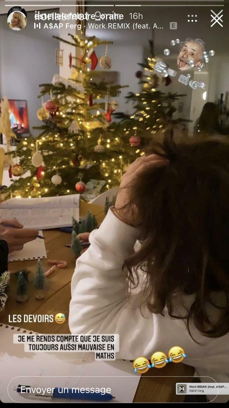 Giuliano, le fils d'Estelle Lefébure, se fait aider de sa grande soeur Ilona pour un devoir de mathématiques.
