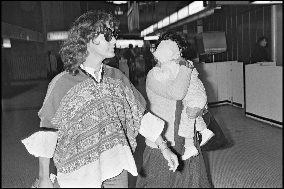 Romy Schneider et sa fille Sarah Biasini, à l'aéroport de Paris, en 1979.