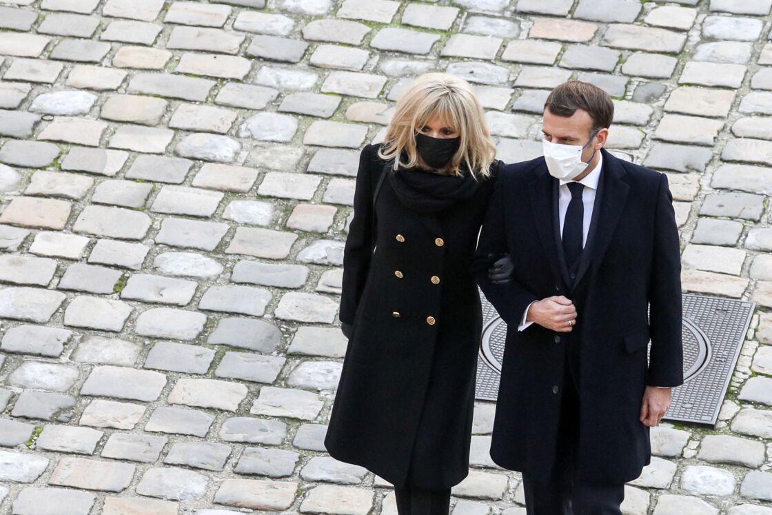 Le président de la république, Emmanuel Macron accompagné de la première dame Brigitte Macron lors de l'hommage national rendu à Daniel Cordier aux Invalides, à Paris le 26 novembre 2020, Paris.