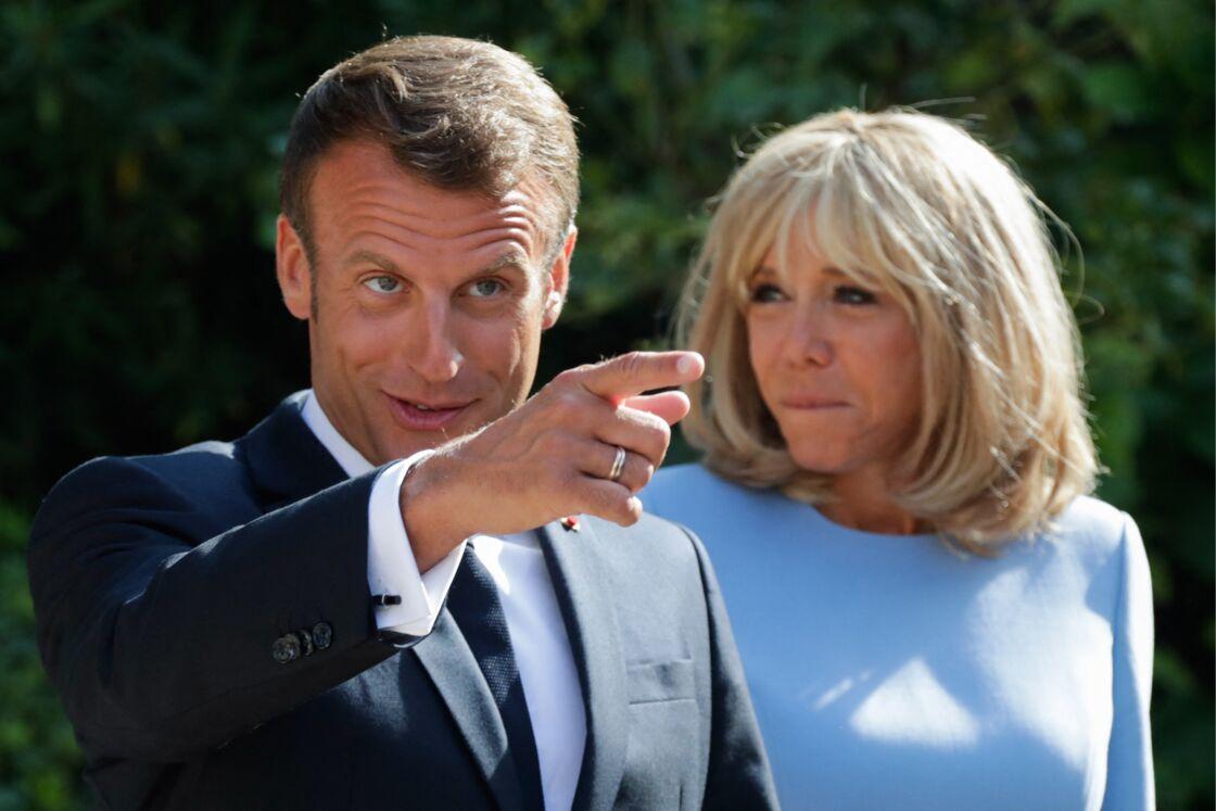 Depuis 2018, le fort de Brégançon est la destination de vacances privilégiée par Emmanuel et Brigitte Macron, cette demeure leur promettant une tranquillité incomparable (bien que le président de la République y accueille de nombreux responsables politiques)