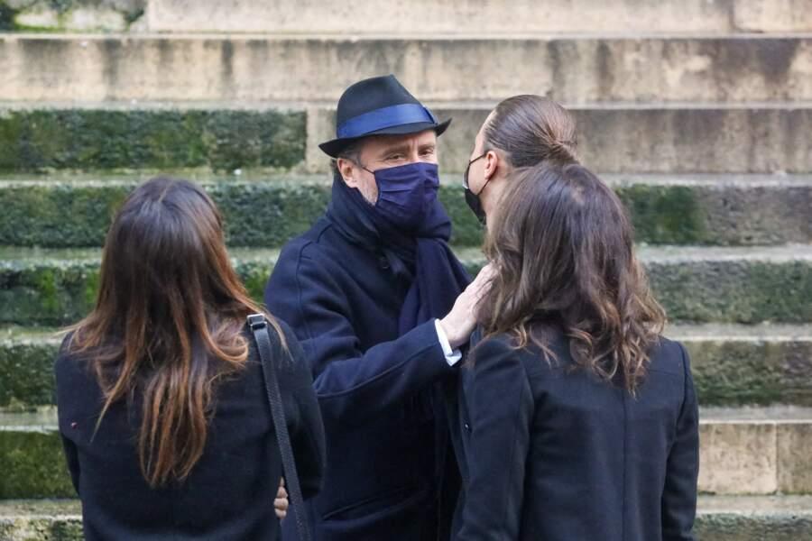 Alexandre Brasseur, soutenu par ses enfants et son ex-femme, aux funérailles de son père Claude Brasseur