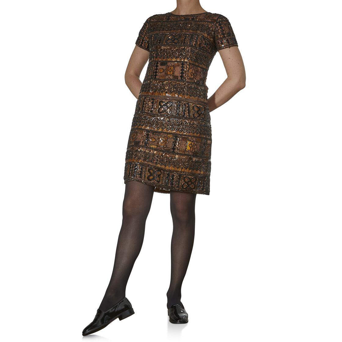 La robe courte brodée de perles et paillettes de Rhodoïd est la pièce majeure de la vente, une création de la collection africaine d'Yves Saint Laurent en 1967. Estimation : 4000-6000 €
