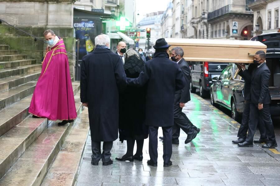 Alexandre Brasseur et sa mère Michele Cambon-Brasseur devant l'église Saint-Roch, à Paris, pour les funérailles de Claude Brasseur