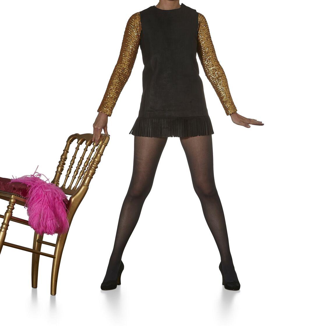 Robe tunique courte en daim noir frangé avec deux tops, manches brodées de sequins, Yves saint Laurent, collection haute couture automne-hiver 1969-1970. Estimation : 2000-3000 €