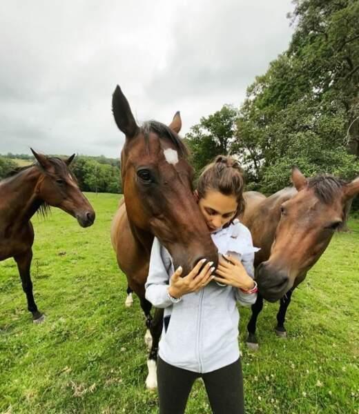 Adèle de Fontenay accompagnée de son cheval pose pour sa page Instagram