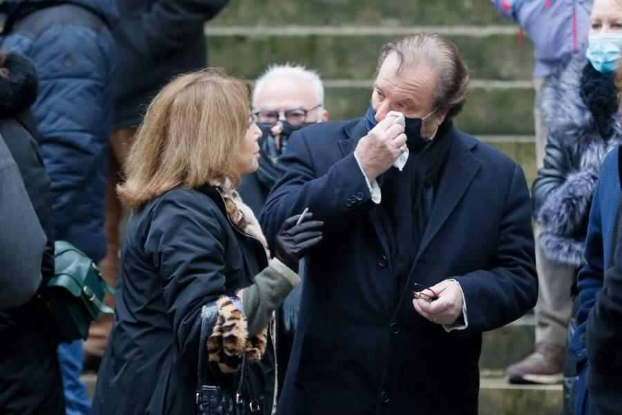 Nicole Calfan et Daniel Russo, bouleversé, aux obsèques de Claude Brasseur