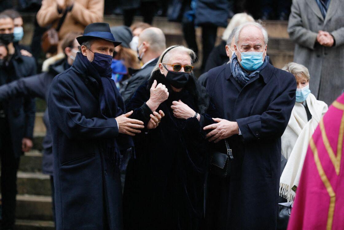 Alexandre Brasseur, sa mère Michèle Cambon et son oncle, le sénateur Christian Cambon lors des obsèques de Claude Brasseur ce mardi 29 décembre 2020, à l'église Saint-Roch de Paris
