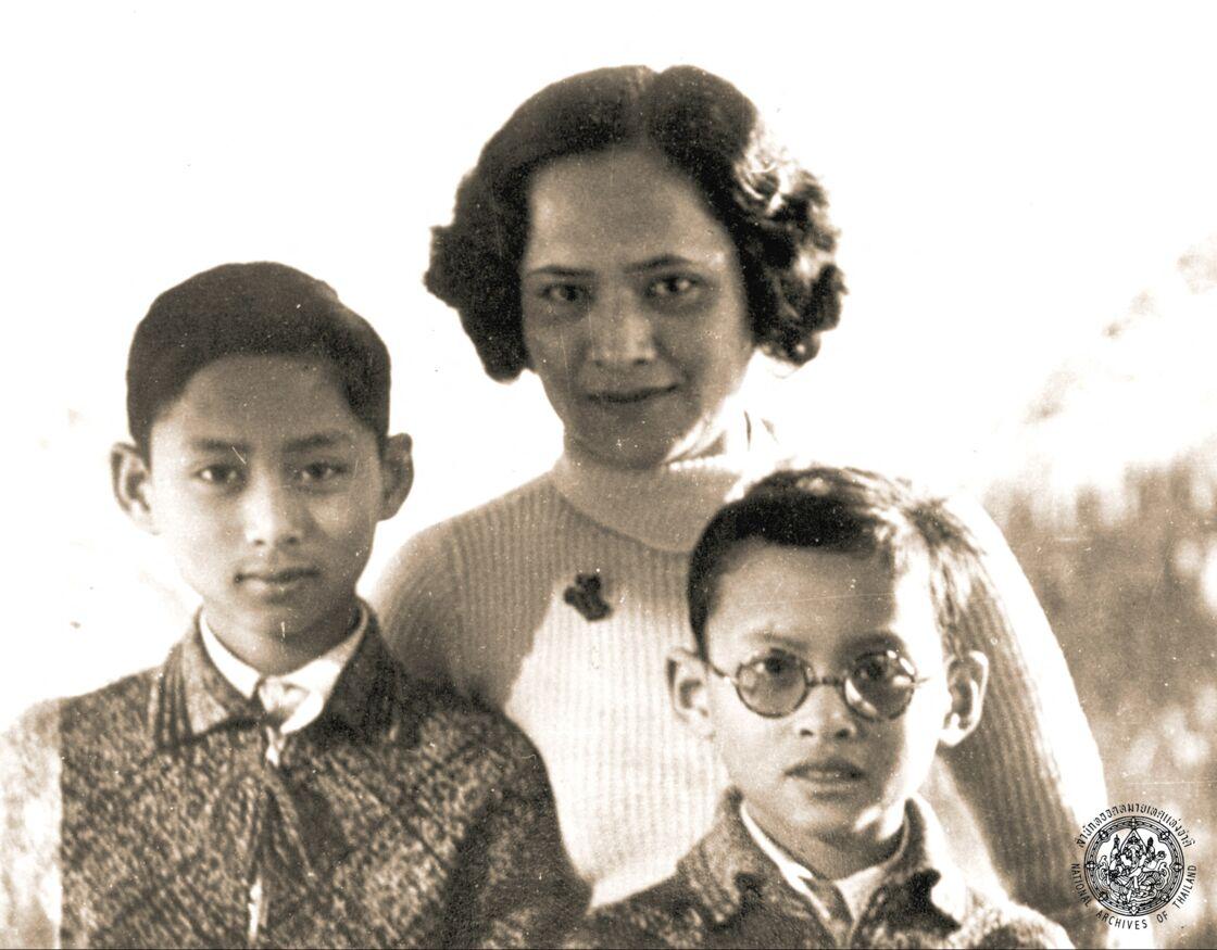 Rama VIII, avec sa mère Srinagarindra, et son frère cadet, Bhumibol Adulyadej (le futur Rama IX), en 1937, en Suisse.