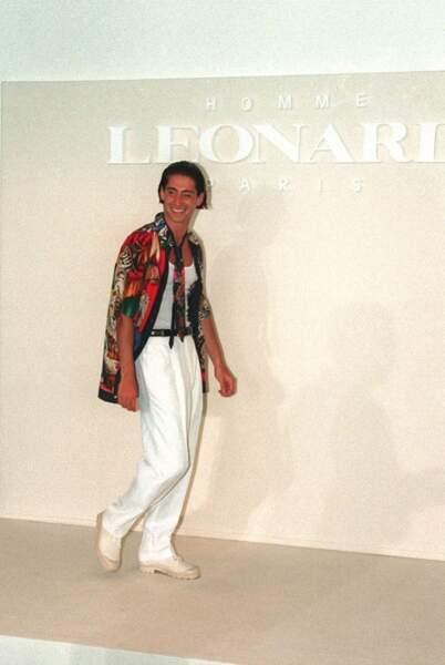 Igor Hossein, fils de Robert Hossein et de Marina Vlady, jouant les mannequins pour Leonard au début des années 1990