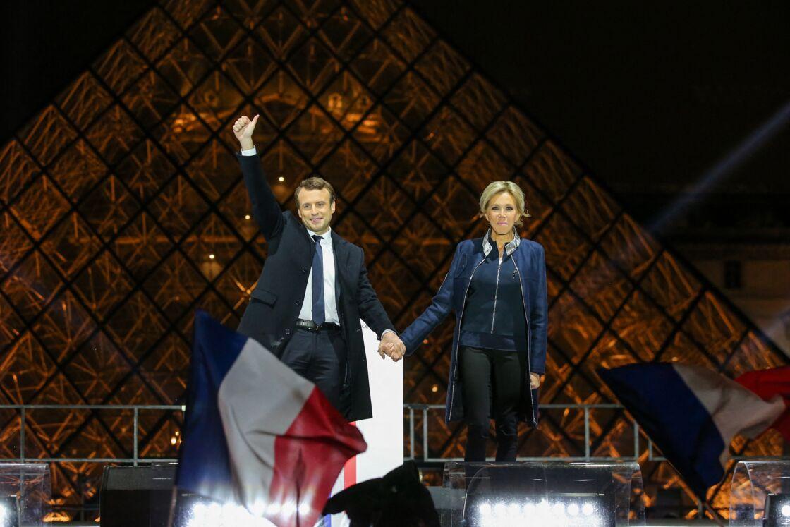 Emmanuel et Brigitte Macron devant la pyramide du Louvre le 7 mai 2017