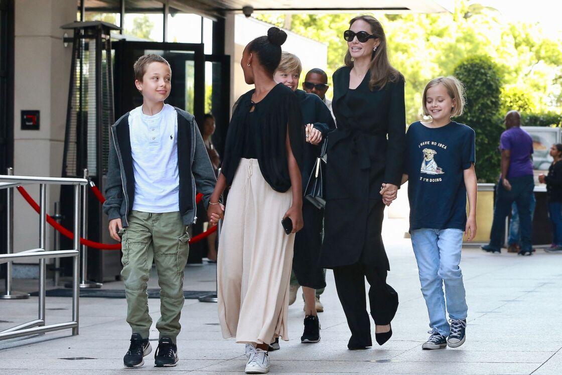 Angelina Jolie avec 4 de ses enfants - Knox, Zahara, Shiloh et Vivienne - dans les rues de Los Angeles. Selon Soraya Dulorme, l'actrice pourrait encore donner du fil à retordre à Brad Pitt, six ans après leur séparation.