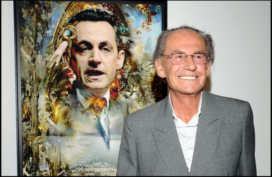 Pal Sarkozy lors du vernissage de son exposition de peinture devant une représentation de son fils, le 25 juin 2008