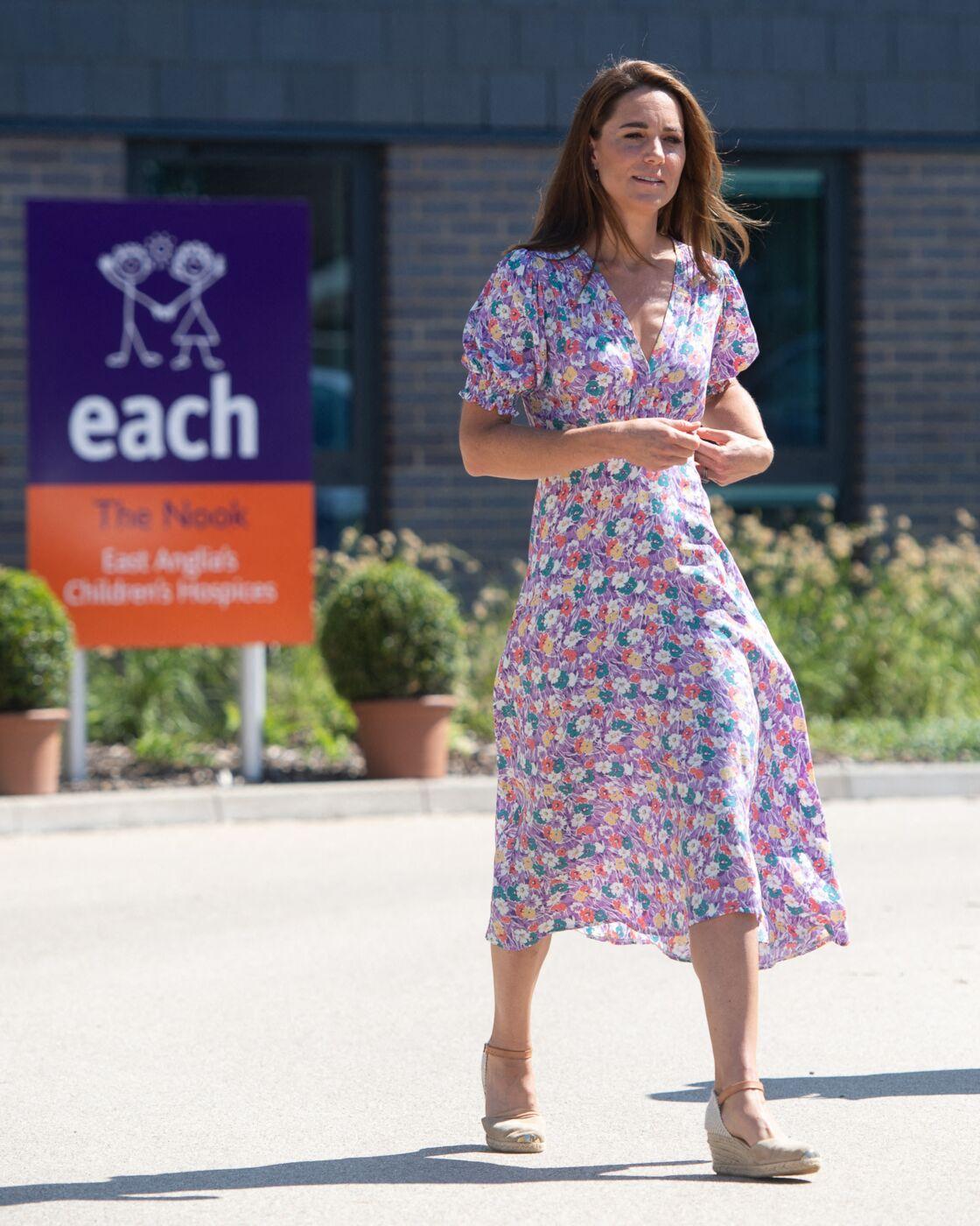 Kate Middleton en robe à fleurs allant visiter un hôpital pour enfants, le 27 juin 2020