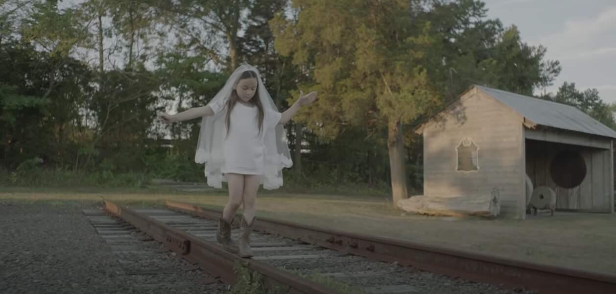 """Joe Attal, en 2017, dans le clip """"Deadly Valentine"""" de Charlotte Gainsbourg."""