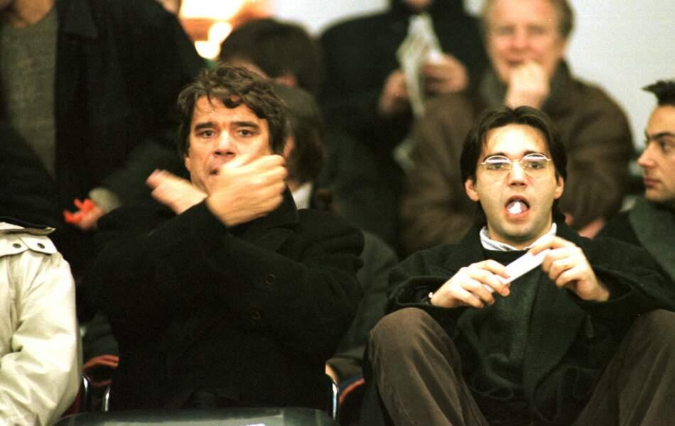Bernard Tapie et son fils, Stéphane, lors d'un match de football PSG-Montpellier, en 1996.